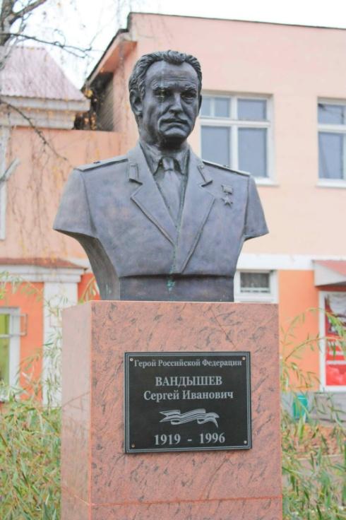 Памятник Герою на родине